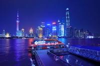 中国 上海 黄浦江と高層ビル群の夜景