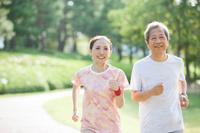 ジョギングをするシニアの男女