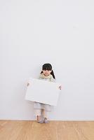 ホワイトボードを持つ女の子