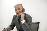 電話をかけるシニアビジネスマン