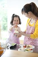 お弁当を作る母と娘