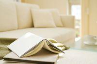 本とソファ
