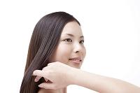 髪を撫でる日本人女性