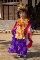 春の祭りで和服の衣装を着た女の子