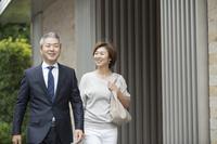 出勤する共働き日本人夫婦