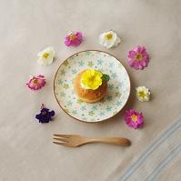 花を飾ったカップケーキとフォーク