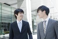 向き合う笑顔の日本人ビジネスマン