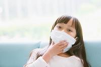 病院の待合室でマスクをする女の子