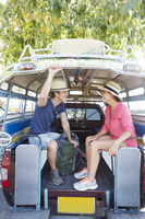 バスに乗る若いカップル