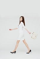 バッグを持つ日本人女性
