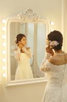 鏡を見る美しい新婦