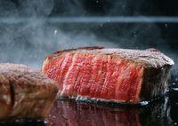 焼かれるステーキの断面