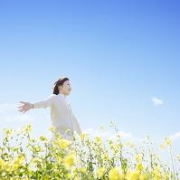 花畑で手を広げる日本人女性