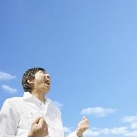 青空で叫ぶ日本人男性