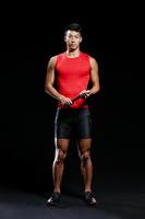 バトンを持つ陸上競技選手