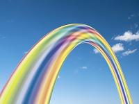 空とアーチ状の虹色オブジェ
