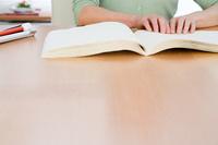 机の上でノートを開く