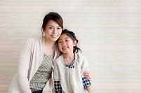 笑顔で寄り添う日本人親子