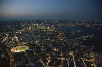 夜の横浜市街地よりみなとみらい地区