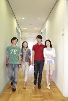 廊下を歩く男女大学生