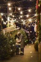 クリスマスマーケットでキスするカップル