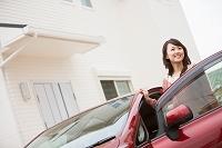 車に乗ろうとする笑顔の日本人女性