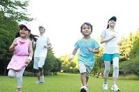 ランニングをする日本人家族
