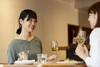 友人と食事を楽しむ日本人女性