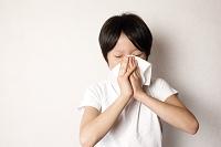 鼻をかむ日本人の子供