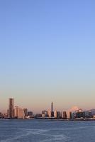 神奈川県 横浜 大黒大橋から望む朝焼けの富士山とみなとみらい