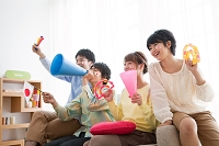 ソファーに座って応援する若者たち
