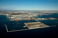 神奈川県 南本牧埠頭と拡張工事付近より市街地