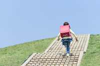 階段を上がる小学生の女の子