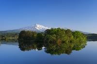 秋田県 春の大谷地池と鳥海山