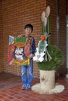 東京都 凧を持つ子供と門松