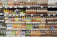スーパー - 種類の豊富な陳列棚:ペットボトル飲料