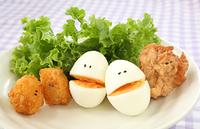 顔のあるかわいい鳥の唐揚げとジャガイモのフライとゆで卵の仲間...