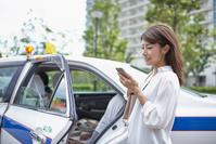 タクシーに乗る若い日本人女性