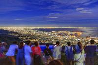 兵庫県 摩耶山より夜景を見る観光客