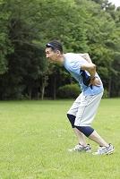 ジョギング中に腰痛になる男性