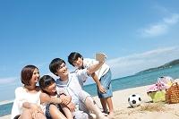 スマートフォンで撮影する家族