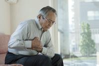 胸の痛み苦しむシニアの日本人男性
