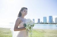 ブーケを持つ20代日本人女性花嫁