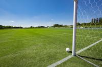 サッカーボールとサッカー場