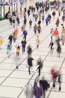 ショッピングモールの人波