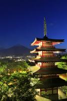 山梨県 夕暮れ時の富士山とライトアップされた忠霊塔