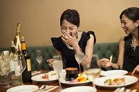 パーティで食事をする笑顔の日本人女性たち