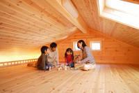 屋根裏で遊ぶ家族