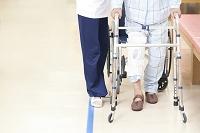 リハビリをする患者とトレーナーの足元