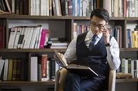 書斎で本を読むビジネスマン